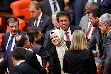 Турецкие женщины-парламентарии пришли на заседание в хиджабах