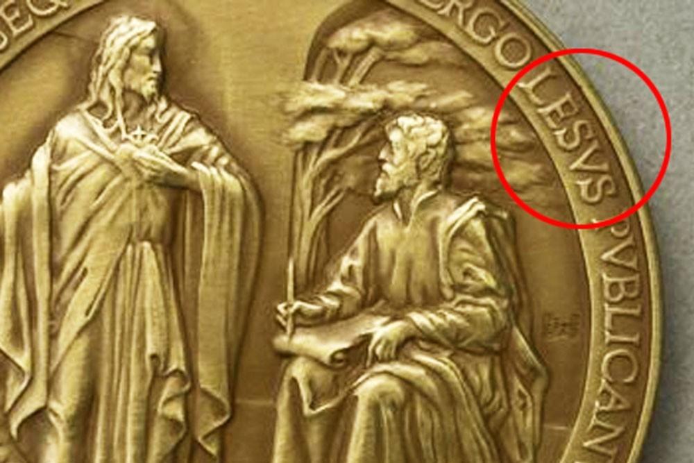 Монеты в честь Римского Папы отчеканили с опечаткой