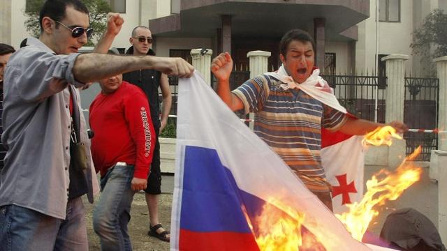 Сторонники Саакашвили сожгли российский флаг