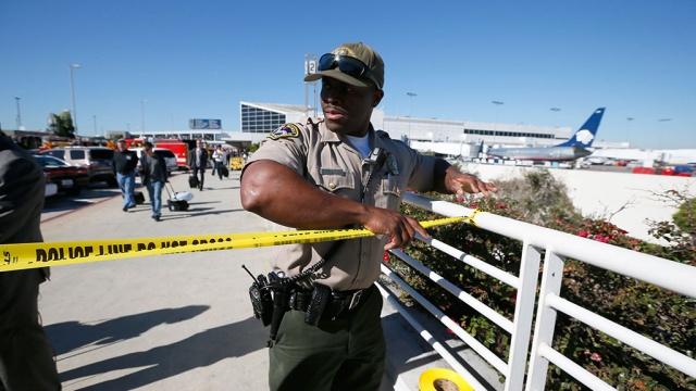 В аэропорту Лос-Анджелеса мужчина устроил стрельбу