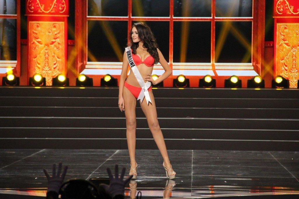 Полуфинал «Мисс Вселенная 2013». Дефиле в купальниках
