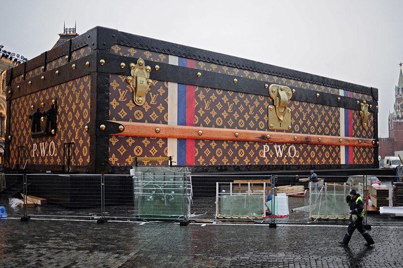 От разрешения установить чемодан-павильон Louis Vuitton открестились все