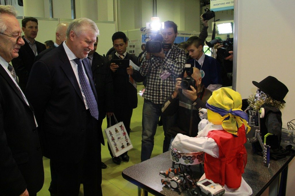 Сергею Миронову показали танцующих роботов в «Экспоцентре»