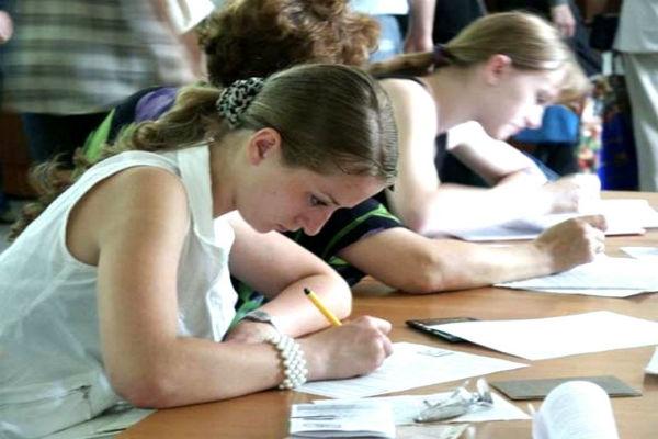 Школьнику будут писать выпускные сочинения наряду с ЕГЭ