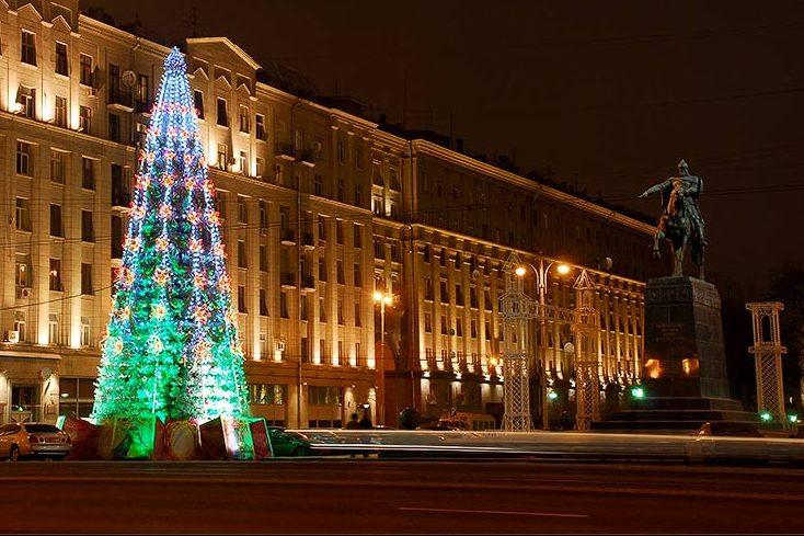 На новогоднюю ярмарку на Тверской площади привезли живых оленей (Видео)