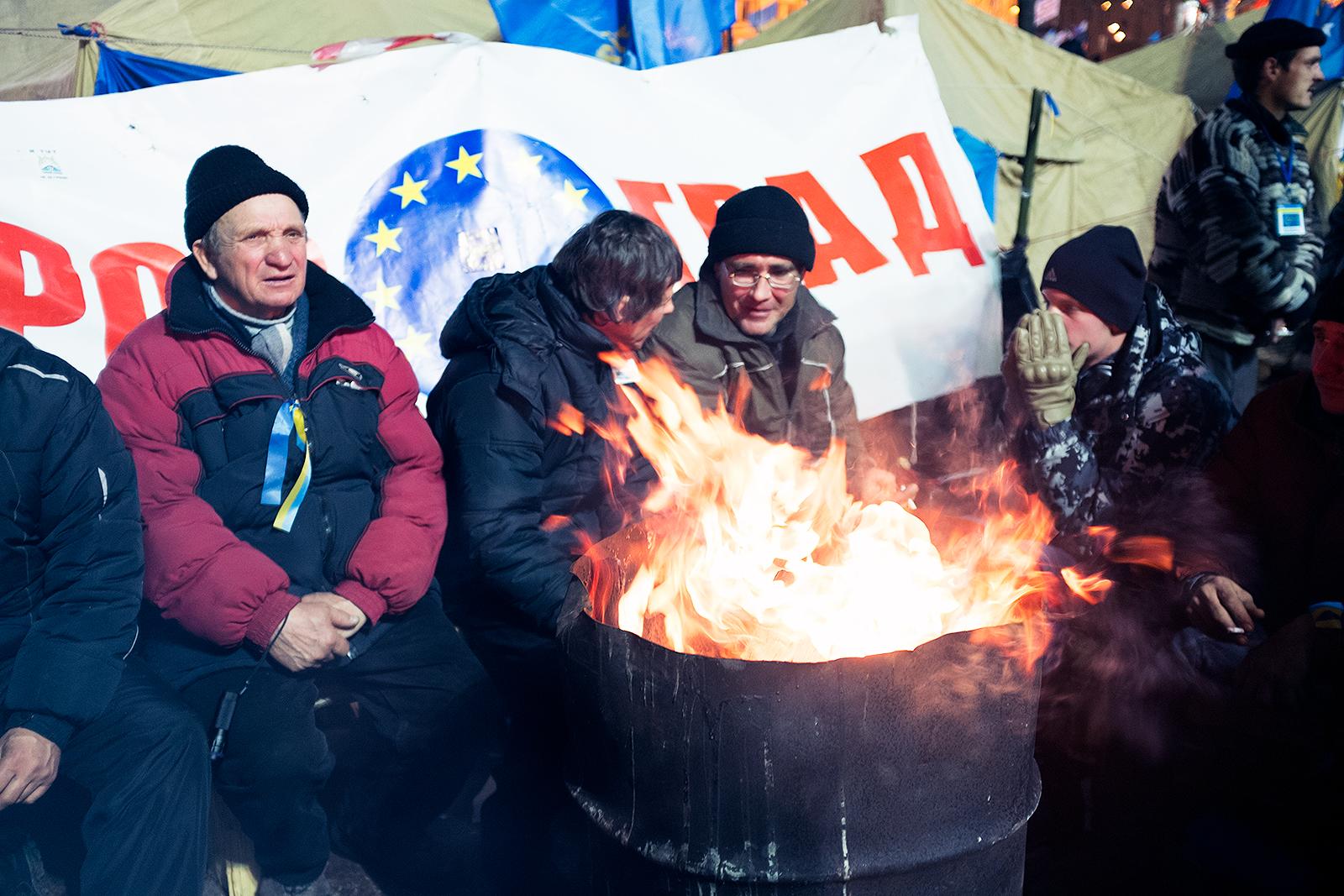 Украина: Оппозиция заявляет о формировании независимой власти, чиновники ждут что скажет президент