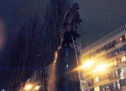 Активисты снесли памятник Ленину в центре Киева