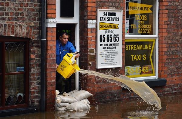 В результате шторма в Великобритании погибли три человека