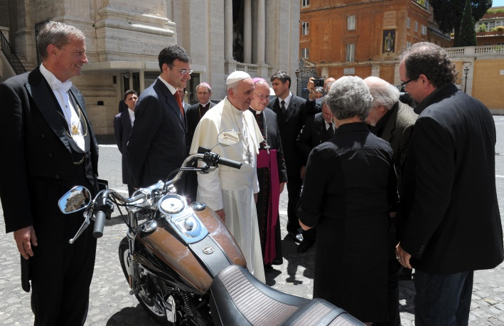 Мотоцикл папы римского продадут на благотворительном аукционе
