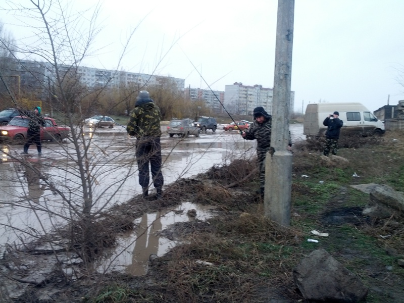 Волгоградские водители сели рыбачить прямо на дорогах города. Видео