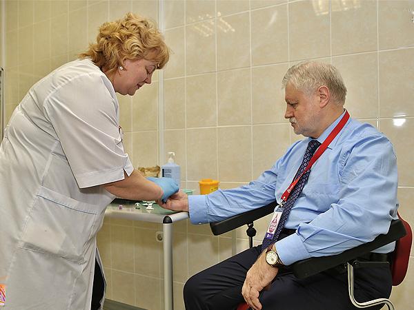 В Санкт-Петербурге Сергей Миронов сдал кровь, чтобы помочь людям