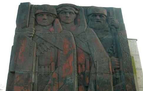 Украденный памятник воинам Ленинграда нашли на свалке
