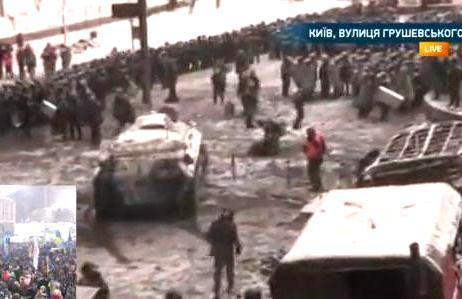 В Киеве на помощь силовикам направлен бронетранспортер. Власть и оппозиция сели за стол переговоров