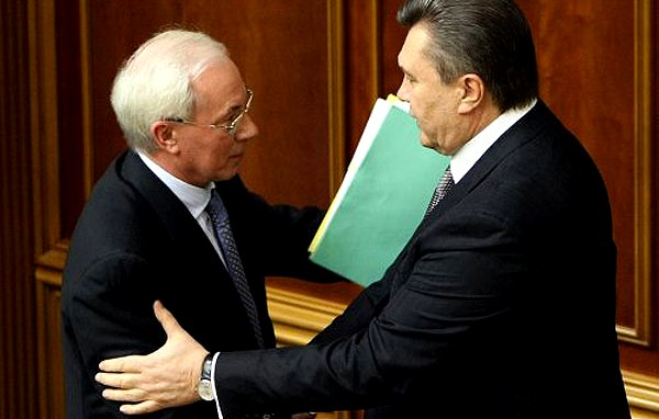 Янукович принял отставку премьера Азарова