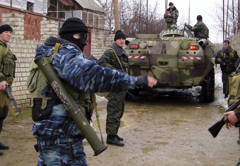 В Хасавюрте полиция штурмует дом, где укрылись боевики