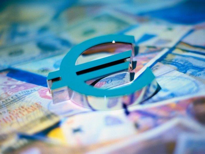 Курс евро вырос почти на 80 копеек, побив исторический рекорд