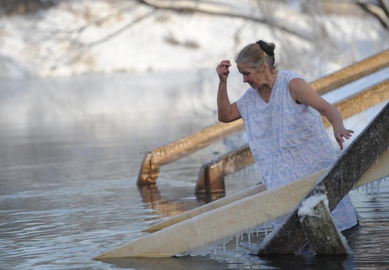 Православные верующие отмечают Крещение и купаются в проруби