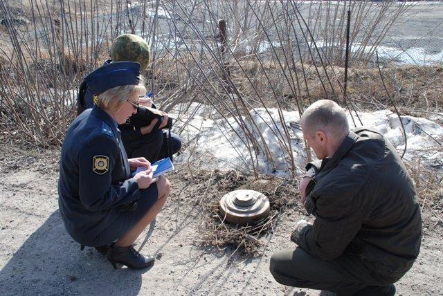 В Красноярске местный житель вынес на дорогу мину