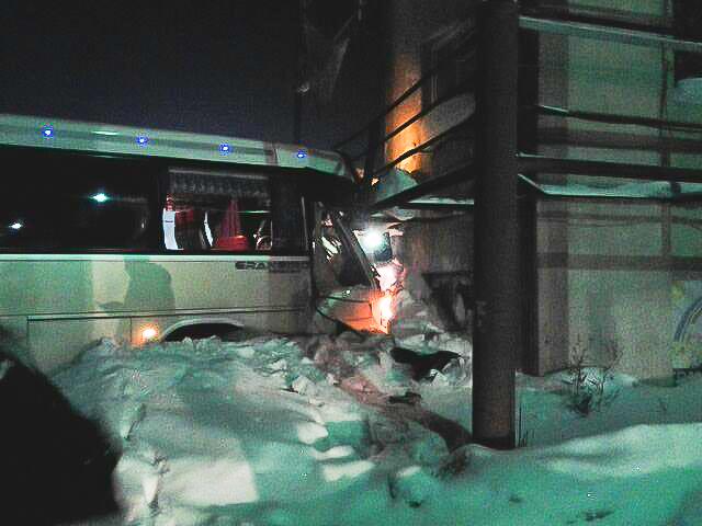 Автобус врезался в здание на юге Москвы: трое пострадало