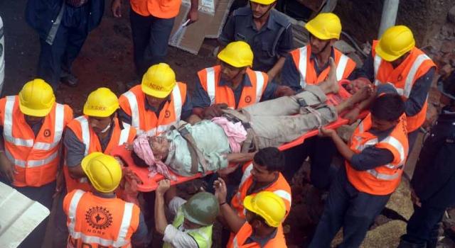 В Индии 40 человек оказались в ловушке под рухнувшим зданием