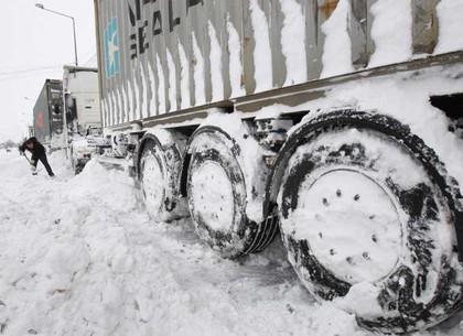 В Волгограде, вытаскивая из сугроба фуру, скончался  дальнобойщик