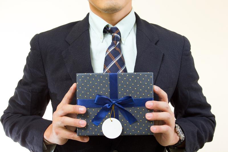 Чиновники смогут выкупать подарки