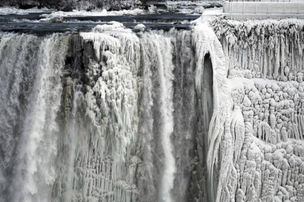 Ниагарский водопад превратился в глыбу льда