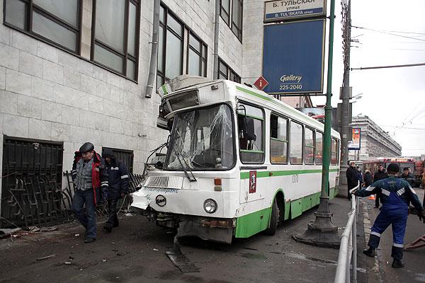 Одна из пассажирок автобуса, врезавшегося в здание в Москве, находится в реанимации