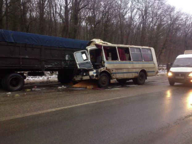 Под Новороссийском автобус врезался в грузовик, пострадали 18 человек