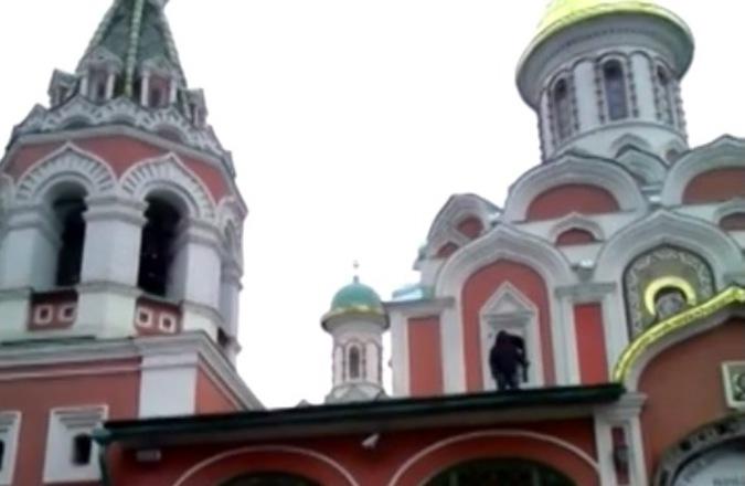 Мусульманский проповедник залез на крышу Казанского собора в Москве (видео)