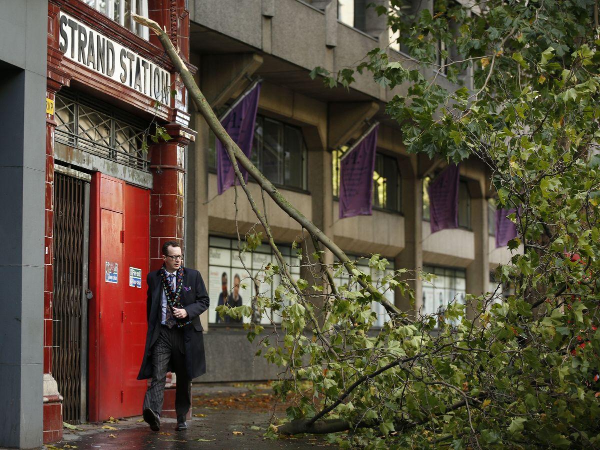 Сильнейший за 20 лет шторм угрожает жителям Англии