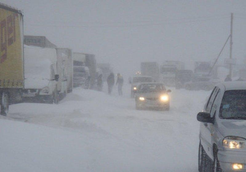 Затруднено движение на трассах в Ростовской области из-за метели
