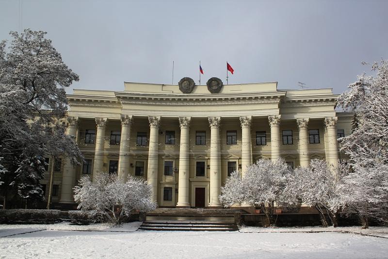Волгоградский рабочий разбился насмерть, упав с крыши правительства