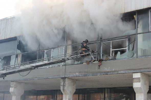 Под Красноярском пожарные тушат торговый центр