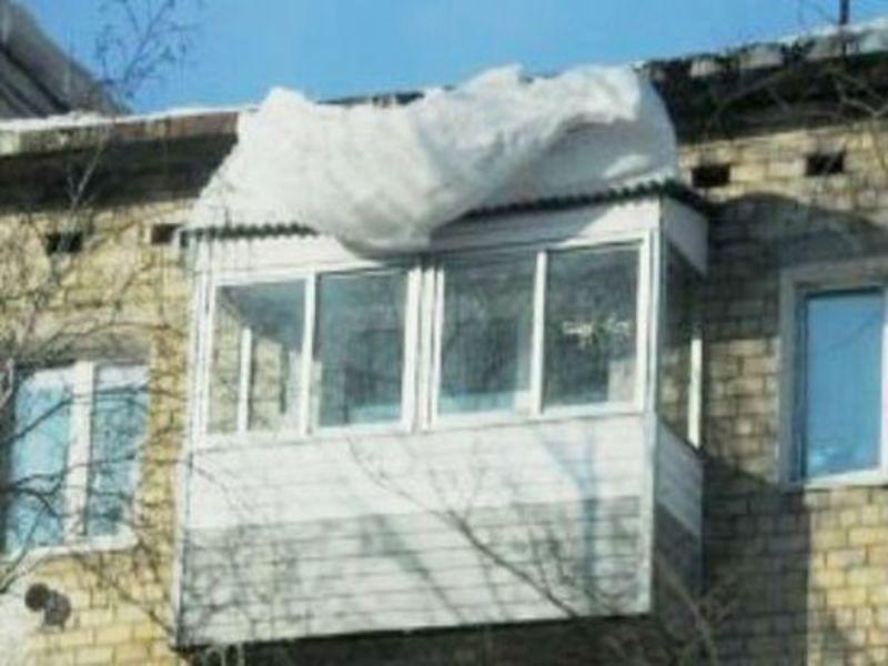 Уралец чистил козырек балкона на пятом этаже и разбился насм.