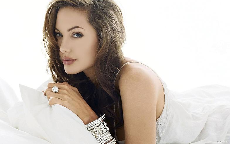 Анджелина Джоли родит еще одного ребенка с помощью суррогатной матери
