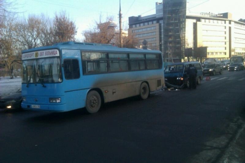 Маршрутка и автобус столкнулись в центре Иркутска