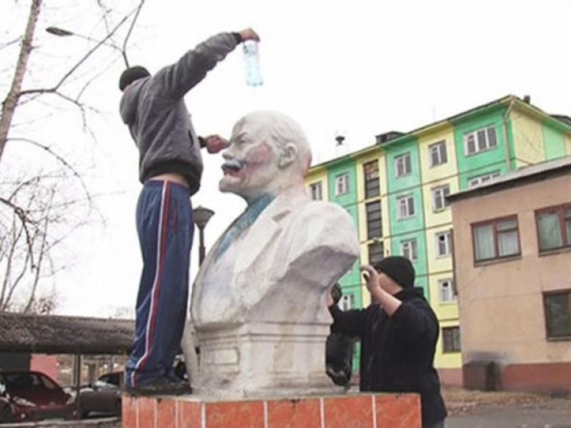 В Приангарье подростки перекрасили бюст Ленина под Джокера