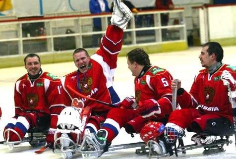 Следж-хоккей на льду. На санках шайбу в ворота закидывают также стремительно