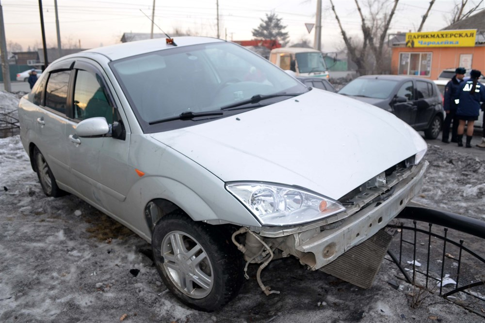 В Абакане водитель на тротуаре сбил мать с двумя детьми и скрылся
