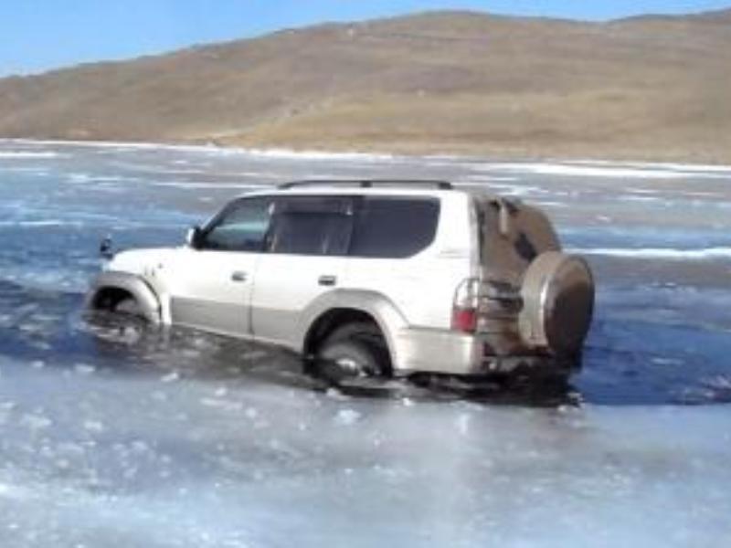 Еще один автомобиль провалился под лед на Байкале