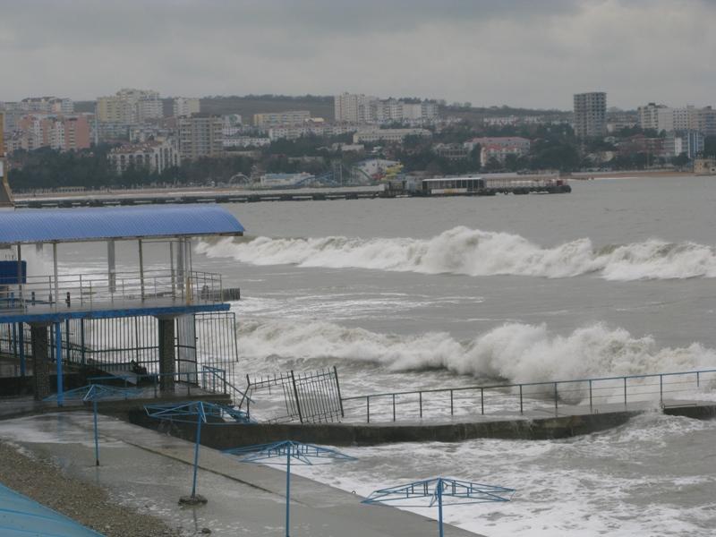 В Геленджике во время шторма затонуло судно