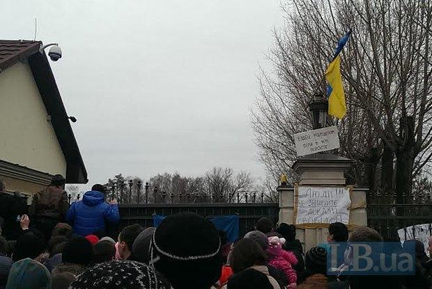 Резиденцию Януковича пытались ограбить.  Ее охраняет «самооборона Майдана»,  т.к. тысяча сотрудников объекта уволилась