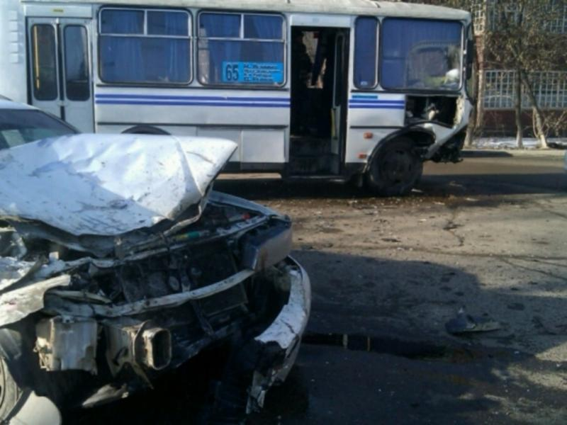 В Иркутске пассажиры пострадали при столкновении автобуса с иномаркой