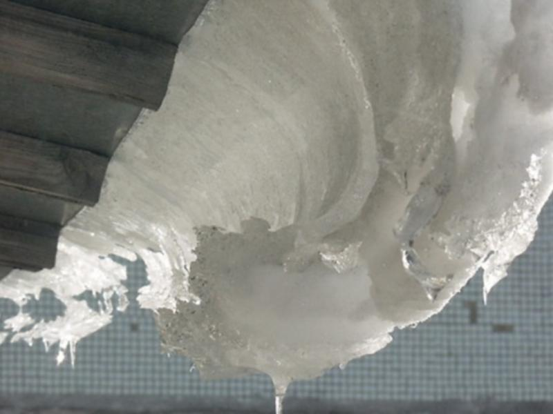 В Приангарье пенсионера придавило снегом