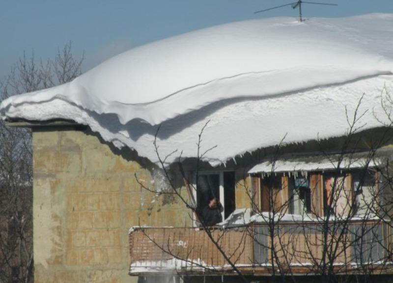 В Уфе двое сотрудников инкассаторской службы пострадали от снежной глыбы