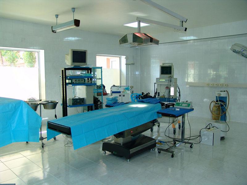 В больницы Красноярского края поставили поддельные операционные столы