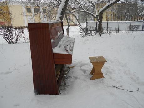 Челябинцы настолько суровы, что установили на улице пианино