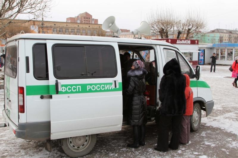 Красноярские приставы научились ловить должников в людных местах