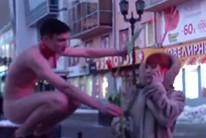 В Екатеринбурге голый мужчина дарит женщинам цветы